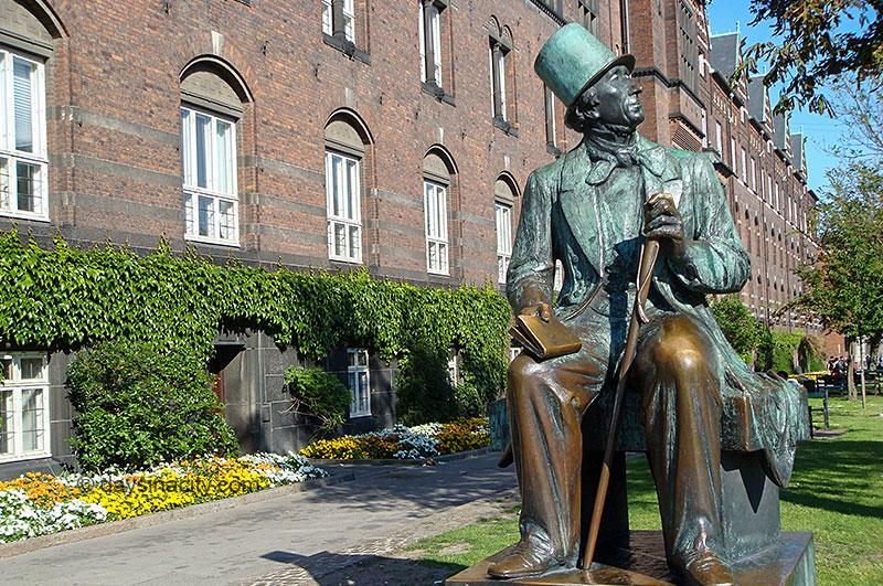 Hans Christian Andersen statue outside Rådhushaven